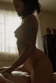Полностью голая Леви Трэн в сериале «Бесстыжие», 2011