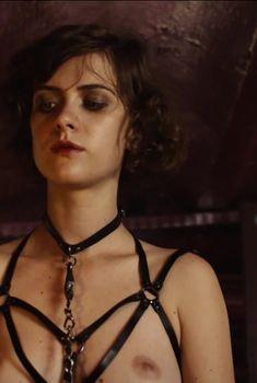 Голая грудь Лив Лиза Фрис в сериале «Вавилон-Берлин», 2017
