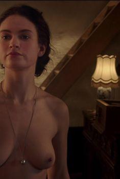 Лили Джеймс снялась голой в фильме «Исключение», 2016