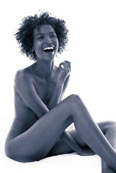 Красивая Лия Кебеде снялась голой в фильме «Цветок пустыни», 2009