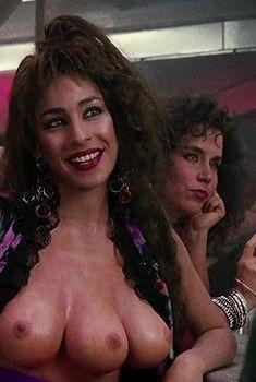 Голая грудь Лусиа Нафф в фильме «Вспомнить всё», 1990