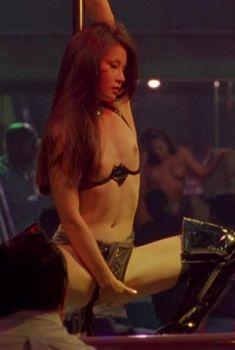 Голая грудь Люси Лью в фильме «Зона преступности», 1997