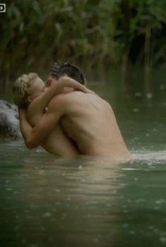 Голая грудь Мави Хёрбигер в сериале «Крупп – немецкая семья», 2009
