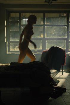 Маккензи Дэвис засветила грудь в фильме «Бегущий по лезвию 2049», 2017