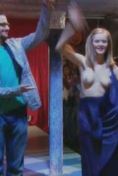 Голая грудь Марии Кононовой в фильме «Смокинг по-рязански», 2007