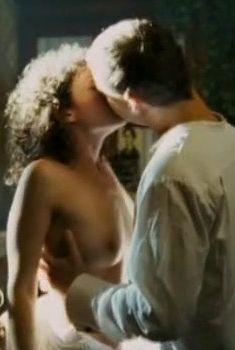 Голая грудь Мириам Сехон в фильме «Ветка сирени», 2007