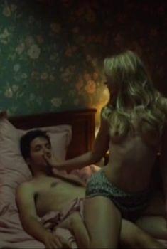 Голая грудь Моны Валравенс в фильме «Радиозвёзды», 2012