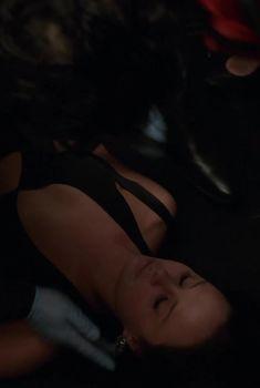 Голая грудь Мэдисон МакКинли в сериале «Власть в ночном городе», 2014