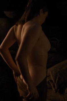 Голая грудь Мэйси Уильямс в сериале «Игра престолов», 2011