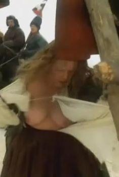 Голая грудь Натальи Егоровой в фильме «Русский бунт», 1999