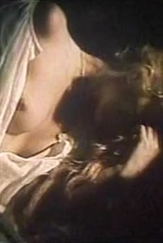Голая грудь Натальи Кишовой в фильме «Мать Урагана», 1990