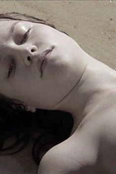 Голая грудь Одри Бастьен в фильме «Офелия», 2013