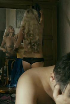 Голая грудь Оксаны Скакун в сериале «Любовь без лишних слов», 2013