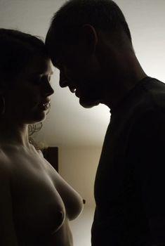 Голая грудь Оливии Луккарди в сериале «Карточный домик», 2013