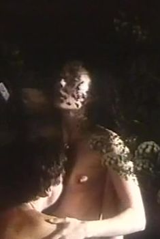 Голая грудь Ольги Богачевой в фильме «Глухомань», 1991