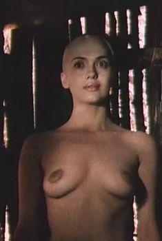 Ольга Дроздова оголила грудь и попу в фильме «Прогулка по эшафоту», 1992