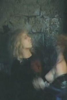 Голая грудь Ольги Кабо в фильме «Рыцарский замок», 1990