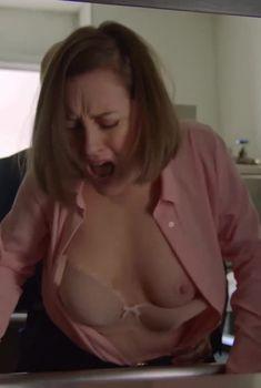 Голая грудь Ребекки Амзаллаг в сериале «Слэшер», 2016
