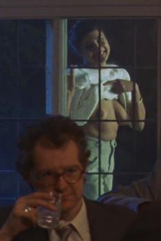 Голые сиськи Риты Вульф в фильме «Моя прекрасная прачечная», 1985