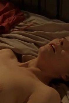 Голая грудь Рэйчел Стирлинг в сериале «Бархатные ножки», 2002