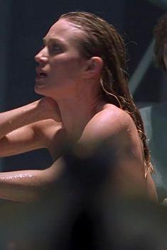 Сара Уайнтер засветила грудь в фильме «Шестой день», 2000
