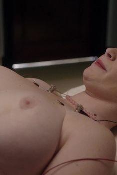 Голая грудь Сары Эллин Бауэр в сериале «Мастера секса», 2013