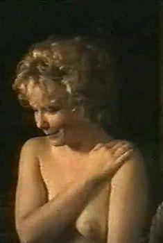 Голая грудь Сесилии Юнг в фильме «Цорн», 1994