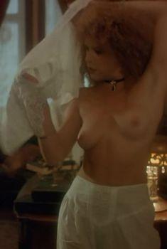 Татьяна Догилева оголила грудь в фильме «Яма», 1990