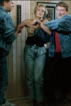 Голая грудь Татьяны Скороходовой в фильме «По прозвищу «Зверь»», 1990
