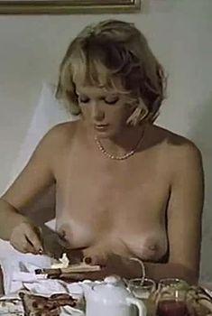 Полностью голая Тери Тордаи в фильме «Джулия», 1974