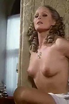 Абсолютно голая Урсула Андресс в фильме «Пятый мушкетёр», 1977