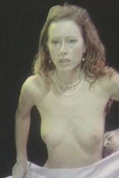Голая грудь Ханны Дуновской в фильме «Ради семейного очага», 1992