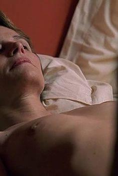 Полностью голая Шарлотта Рэмплинг в фильме «Бассейн», 2002