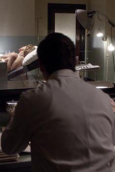 Шерил Брикер показала голую грудь в сериале «Мастера секса», 2013