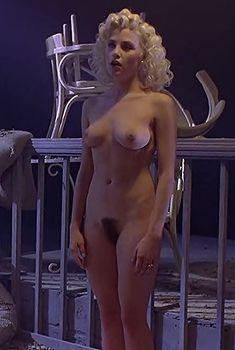 Полностью голая Шерилин Фенн в фильме «Слияние двух лун», 1988