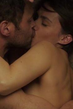 Сексуальная Элен Вивес засветила грудь в сериале «Миссии», 2017
