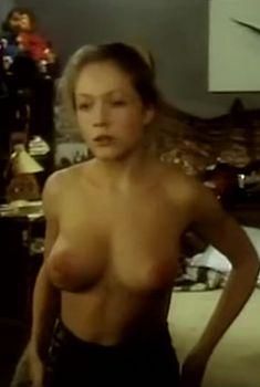 Голая грудь Эльвиры Болговой в фильме «Кому я должен – всем прощаю», 1998