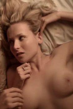 Голая грудь Эми Бет Хэйес в сериале «Отбросы», 2009