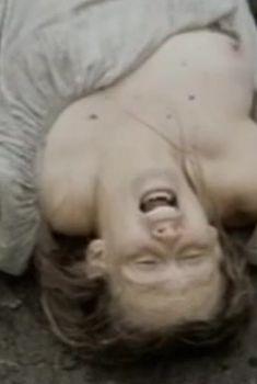 Юлия Ауг засветила голую грудь в фильме «Враги», 2007