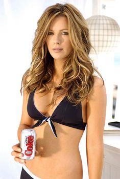 Красивая Кейт Бекинсейл в черном белье для рекламы Кока-Колы