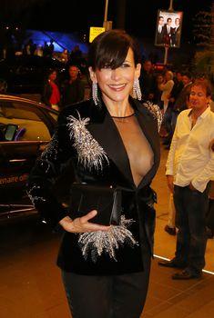 Засвет груди Софи Марсо возле отеля, Май 2015