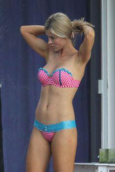 Джоанна Крупа в бикини возле бассейна в Майями, 2013