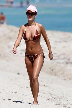 Джоанна Крупа в бикини на пляже Майями, 01.03.2011