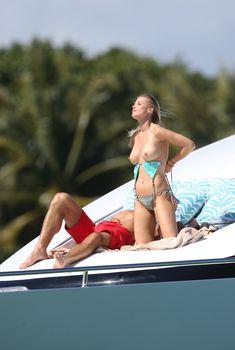 Джоанна Крупа загорает топлесс на яхте, 22.02.2016