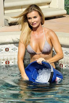 Джоанна Крупа обливается холодной водой