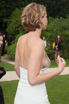 Свисающая грудь Дженнифер Лоуренс на неделе моды в Париже