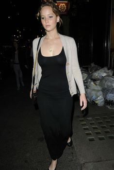 Дженнифер Лоуренс без лифчика в Лондоне, 23.05.2012