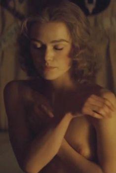 Голая сиська Киры Найтли в фильме «Герцогиня», 2008