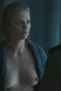Голая Шарлиз Терон в фильме «Пылающая равнина», 2009