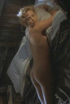 Голая попка Шарлиз Терон в фильме «Правила виноделов», 1999